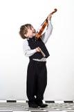 Freckled rood-haarjongen het spelen viool. Stock Fotografie