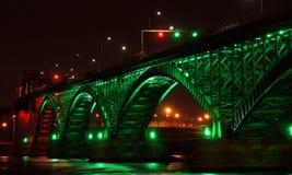 Fred överbryggar på natten Arkivfoto