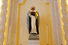 Fred och skönhet i kyrka royaltyfri bild