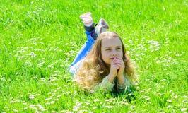 Fred och stillsamt begrepp Flickan på hoppfull drömlik framsida spenderar fritid utomhus Barnet tycker om soligt väder för våren  arkivbilder