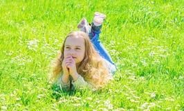Fred och stillsamt begrepp Flickan på hoppfull drömlik framsida spenderar fritid utomhus Barnet tycker om soligt väder för våren  fotografering för bildbyråer