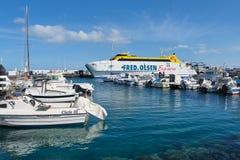 Fred Olsen Express färja i hamnen av Playa Blanca royaltyfri bild
