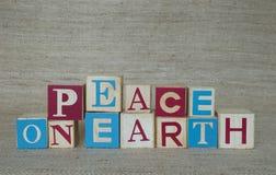 Fred på jord som stavas med träsnitt arkivfoto