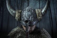 Fred Viking krigare, manlig iklädd barbar- stil med swor Arkivfoton