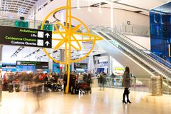 fredag December 22nd, 2017, Dublin Ireland - folk på ankomster för terminal 2 arkivbilder