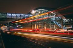 fredag, December 22nd, 2017, Dublin Ireland - ljusslingor och suddigt folk som förutom flyttar terminal 2 arkivbilder