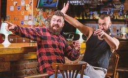 fredag kopplar av i bar Hurrar begrepp Brutal sk?ggig man f?r Hipster som dricker alkohol med v?nnen p? st?ngr?knaren Drack m?n royaltyfri bild