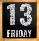 fredag 13, vit kritatext på svart bräde Arkivfoton