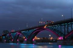 Fredbro med blåa och rosa ljus Royaltyfri Foto