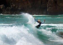 Freddie ängar surfar på en vinka Royaltyfria Bilder