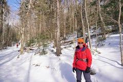 Freddo del inbitter di pause della viandante di inverno per celebrare il sole di inverno fotografia stock libera da diritti