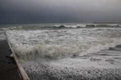 Freddo del maltempo del mare di inverno di Mar Nero della tempesta Immagine Stock