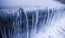 Freddo, fresco, cascata delle acque pulite Fotografia Stock