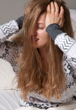Freddo, influenza, febbre alta ed emicrania malati della donna Fotografia Stock