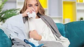 Freddo malato del fermo della donna Starnutendo con il fazzoletto, tossente, ha ottenuto l'influenza, avendo naso semiliquido stock footage