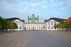Fredensborg城堡看法在11月下午的 丹麦 库存照片
