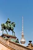 Frederick William IV άγαλμα και θόλος πύργων TV του Βερολίνου Στοκ φωτογραφία με δικαίωμα ελεύθερης χρήσης