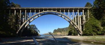 Fredericken W Panhorst bro som mer gemensam är bekant som den ryska bergsklyftabron i Mendocino County, Kalifornien USA arkivbilder