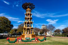 FREDERICKSBURG,得克萨斯2017年11月19日:Fredericksburg圣诞节金字塔,德国传统,架设在Marketplatz市场Squ上 库存照片