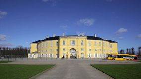 Frederiksberg-Palast an einem sonnigen Tag stock footage