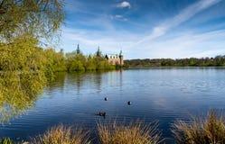 Frederiksborg-Schloss mit Enten im See Stockbilder