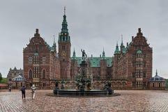 Frederiksborg slott i Hillerod - i regnigt väder, Danmark Royaltyfria Foton
