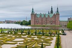 Frederiksborg slott i Hillerod - i regnigt väder, Danmark Royaltyfria Bilder