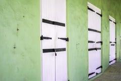 Frederiksted - St Croix - закрыванные двери с зелеными стенами Стоковые Фотографии RF