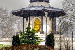 Fredpagoden på Battersea parkerar på en snöig dag Royaltyfri Fotografi