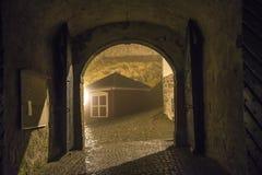 An fredriksten Festung im Nebel und in der Dunkelheit Stockfotografie