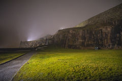 An fredriksten Festung im Nebel und in der Dunkelheit Lizenzfreies Stockfoto
