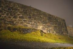 An fredriksten Festung im Nebel und in der Dunkelheit Lizenzfreie Stockfotos