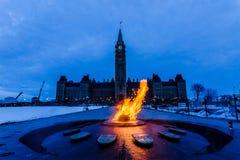 Fredtorn och hundraårs- flamma Ottawa, Kanada Royaltyfria Foton