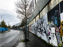 Fredvägg i Belfast som är nordlig - Irland arkivbilder