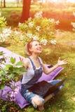 Free lance che lavorano nel giardino Scrivendo, praticante il surfing in Internet Giovane donna che si rilassa e che si diverte n fotografie stock libere da diritti