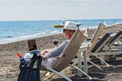 Free lance dell'uomo sulla spiaggia fotografie stock