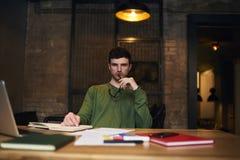 Free lance emozionali in rivestimento verde e collegamento a Internet 4G in biblioteca universitaria Immagine Stock