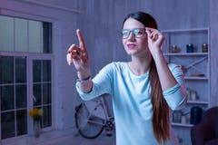 Free lance femminili attraenti che correggono i dati immagine stock