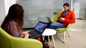 Free lance sul lavoro in ufficio stock footage