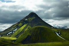 Free tenant la montagne volcanique couverte de la mousse verte Images libres de droits