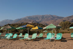 Free turquoise loungers under umbrellas Royalty Free Stock Images