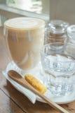 Free versent le latte chaud de café Image libre de droits