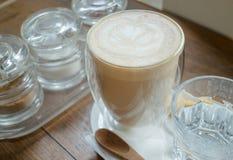 Free versent le latte chaud de café Photo stock
