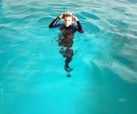 Freedive在水池的安全训练 免版税库存图片
