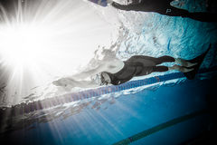 Freediver动态与从水中的Monofin表现 免版税图库摄影