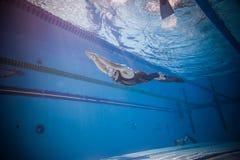 Freediver动态与从水中的Monofin表现 免版税库存照片