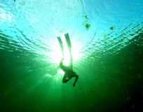 Freediver στην τρύπα αποχέτευσης αλγών Στοκ φωτογραφία με δικαίωμα ελεύθερης χρήσης