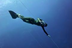 Freediver показывает ОДОБРЕННЫЙ знак Стоковые Фотографии RF