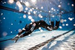 Freediver che esegue durante la concorrenza di dina Freediving Fotografie Stock