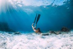 Freediver della donna con la sabbia bianca sopra il mare sabbioso con le alette Freediving subacqueo immagine stock